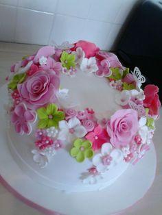 Photo 1 of 1 - Cake Decorating Simple Ideen Pretty Birthday Cakes, Birthday Cakes For Women, Pretty Cakes, Beautiful Cakes, Amazing Cakes, Fondant Flower Cake, Cake Icing, Fondant Cakes, Cupcake Cakes