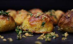 Tlustá křupavá kůrka a jemný až krémový vnitřek. Takhle dobré brambory jste pravděpodobně ještě neje Biscotti, Baked Potato, Potatoes, Dishes, Meat, Chicken, Baking, Ethnic Recipes, Food