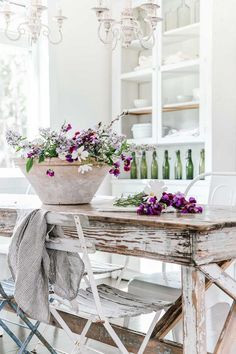 Minimalist white farmhouse decor has been trending for some time now. This refreshing take on living with less and incorporating vintage pieces seems perfect! Fresh Farmhouse, White Farmhouse, Farmhouse Style, Farmhouse Decor, Farmhouse Kitchens, Farmhouse Renovation, Farmhouse Interior, Vintage Farmhouse, Farmhouse Design