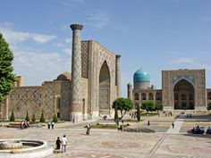 Samarkanda – Uzbekistán: una de las ciudades más antiguas aún habitadas. Está localizada en la Ruta de la Seda, entre China y Europa. En el siglo VIII fue sometida a control árabe. En el periodo Abásida obtiene el secreto de la fabricación de papel a partir de chinos capturados en la Batalla del Talas, 751. La invención se extendió al resto del mundo islámico, y de ahí a Europa
