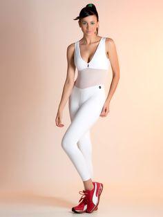 """Com a ideia de que procuramos nos superar a cada nova atividade desenvolvida, a coleção de verão da DJM buscou inspiração nos desafios que movem as mulheres, para trazer peças que inspiram energia e exaltam beleza. Com um recorte oval nas costas, que valoriza o corpo feminino, o macacão fitness """"Suzi"""" é moderno e cheio de estilo. O tecido telado oferece um efeito de leveza e facilita a transpiração do corpo. Pontuado pelas cores puras, como o branco, pode ser facilmente combinado com blusas…"""