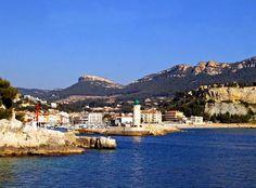 Cassis (Photo Emile Taillefer) : belle station balnéaire nichée au pied d'une impressionnante falaise, Cassis séduit par ses quais bordés de...