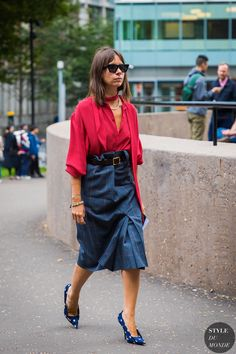 Natasha Goldenberg between the fashion shows. The post London SS 2018 Street Style: Natasha Goldenberg appeared first on STYLE DU MONDE   Street Style Street Fashion Photos