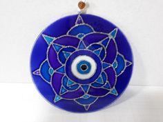Compre Mandala Vitral Média Olho-Grego no Elo7 por R$ 36,00   Encontre mais produtos de Decoração Feng Shui e Decoração parcelando em até 12 vezes   Mandala vitral 15cm de diâmetro. As mandalas são representações simbólicas e espirituais usadas no budismo e hinduísmo. Nos ajudam a ver o m..., CC4D03 Recycled Cds, Cd Art, Quilling Flowers, Evil Eye, Recycling, Windows, Create, Diy, Jute Crafts
