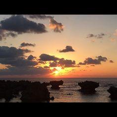 【nontaw】さんのInstagramをピンしています。 《超満員の中行ってきた 初日の出  #今朝の海空 #海 #空 #雲 #イマソラ #日本 #シルエット #sky #sea #rise #happy #silhouette #clouds #japan #like #ぉはござも〜》