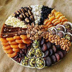 Modern Day Inside Decorating - Decoration is Art Dry Fruit Tray, Fruit Sec, Morrocan Food, Eid Food, Party Food Platters, Healthy Snacks, Healthy Recipes, Ramadan Recipes, Ramadan Sweets