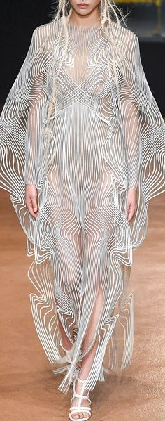 Iris van Herpen Fall 2017 Couture Fashion Show Look Fashion, Fashion Details, Fashion Art, High Fashion, Fashion Show, Autumn Fashion, Womens Fashion, Fashion Design, Fashion Quotes