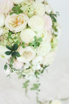 ロザリウム(Rosarium)  ラナンキュラスとバラのキャスケードブーケ
