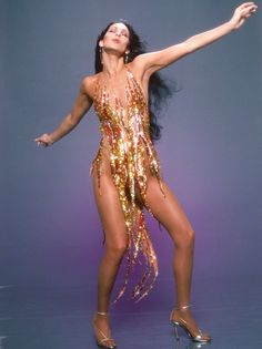 Who wears the Bob Mackie flame dress best? - Dear, Tina Turner, Beyoncé … Who wears the Bob Mackie flame dress best? Tina Turner, Bob Mackie, Mode Disco, Style Année 70, Cher Photos, 70s Mode, 70s Glam, Glamour, Vogue