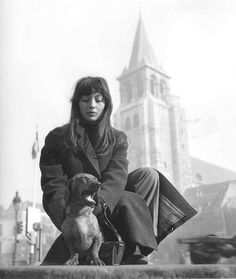 photo française NB : Robert Doisneau, Juliette Gréco à Saint-Germain-des-prés, Paris, 1940s
