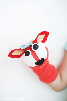 How to Make Sock Puppets that look like foxes - the kids would love this via @PagingSupermom