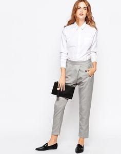 Dit is nog eens een classy outfit. Netjes voor werk maar ook leuk voor andere gelegenheden (+ de broek is nu in de uitverkoop!). #sale #mode #style #outfit #class #elegant #pantalon #broek #wit #grijs #blouse #loafers #clutch #trousers #shirt #pants #white #grey #fashion
