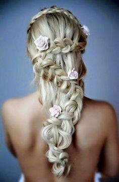 Une jolie tresse avec fleurs roses pour un mariage