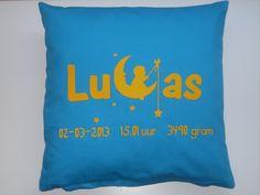 Geboortekussen met naam en geboortegegevens. Ontwerp je eigen unieke kussen, shirt, romper of sticker via www.suuzenzo.nl