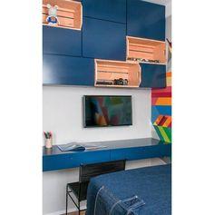 Neste quarto pequeno, o piso é cheio de espaço de armazenamento -- tudo para ampliar a área