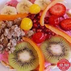 Sağlığınızı düşünen, taze ve günlük meyvelerden yapılan bu waffle yenmez mi? Fruit Salad, Acai Bowl, Waffles, Breakfast, Food, Acai Berry Bowl, Morning Coffee, Fruit Salads, Essen