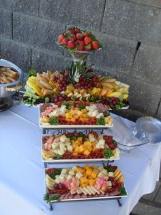 64 Super Ideas for fruit tray ideas for graduation cheese display Party Trays, Snacks Für Party, Appetizers For Party, Appetizer Recipes, Cheese Platters, Food Platters, Cheese Table, Cheese Display, Cheese Party