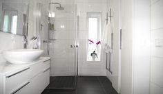 Litet badrum från INR Decor, Tiles, Big Bathrooms, Home, White Bathroom, Inspiration, White, Bathtub, Bathroom Inspiration