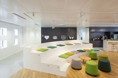 10 Office Design with Tiered Seating Areas Office Interior Design, Office Interiors, Social Design, Tiered Seating, Bibliotheque Design, Cool Office Space, Bureau Design, Co Working, Working Area