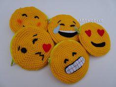 Siguiendo con los emojis , que tan de moda estan  hoy os traigo unos monederitos hechos a crochet con algunos de los emoticonos que p...