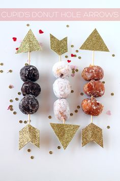 Cupid's donut hole arrows DIY from Squirrelly Minds // Perfect for a Valentine's Day party!Cupid's donut hole arrows DIY from Squirrelly Minds // Perfect for a Valentine's Day party! Valentines Day Desserts, Valentines Day Party, Valentine Day Crafts, Be My Valentine, Valentine Baby Shower, Valentine Activities, Valentine Treats, Funny Valentine, Valentinstag Party