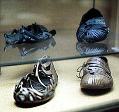 Ancient Roman leather shoes on top and modern reconstructions below. Ancient Roman Clothing, Roman Dress, Roman Clothes, Roman Artifacts, Rome Antique, Empire Romain, Roman Sandals, Roman History, Old Shoes
