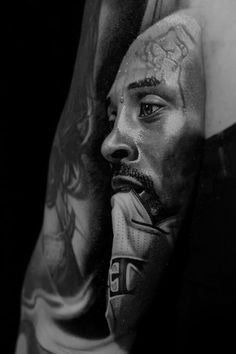 A collection of realistic tattoo inspiration and ideas, including this Kobe Bryant tattoo. Back Ear Tattoo, Sick Tattoo, Leg Sleeve Tattoo, Sleeve Tattoos For Women, Tupac Tattoo, Kobe Bryant Tattoos, Realistic Tattoo Artists, Leopard Tattoos, Tribute Tattoos
