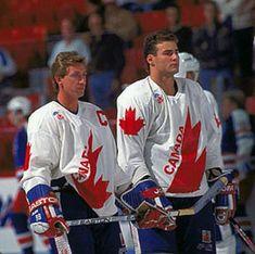 Wayne Gretzky and Eric Lindros ah-amazing. They don't make them like these two any longer. I die! Flyers Hockey, Blackhawks Hockey, Hockey Goalie, Ice Hockey, Hockey Sport, Eric Lindros, Canada Hockey, Hockey Pictures, Hockey Boards