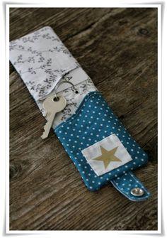 petite pochette pour ranger une clé et une carte (tuto : http://www.duitang.com/people/mblog/25110570/detail/)