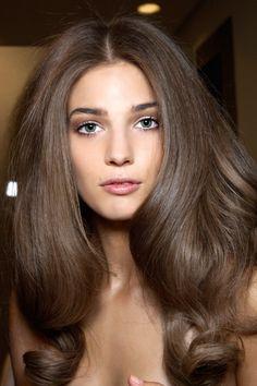 brązowe włosy, modny kolor włosów na lato, trendy włosy