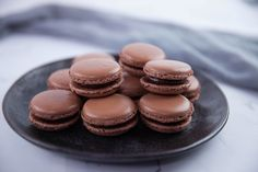 The macarons are best eaten after they have been stored in the fridge for at least a few hours and then brought back to room temperature. Delicious Chocolate, Chocolate Recipes, Chocolate Party, Chocolate Chocolate, Macaroons, Macaron Filling, Sbs Food, Gateaux Cake, Candied Nuts