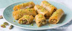 Deze knapperige rolletjes van filodeeg met noten zijn leuk om te serveren als toetje of als zoet hapje bij de high tea