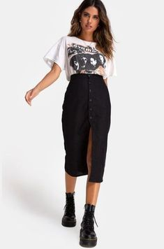 Cute 25 Cute Midi Skirt Ideas For Summer #summeroutfits #womenoutfits #WomenSkirts Midi Rock Outfit, Black Denim Skirt Outfit, Denim Skirt Outfits, Midi Skirt Outfit, Black Midi Skirt, Midi Skirts, Band Shirt Outfits, Black Skirts, Denim Skirts