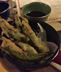 Os pratos são internacionais, com releituras bem mineiras. Experimentamos o tempurá de quiabo e o sanduíche de pastrami de língua bovina, ambos deliciosos! Imagem: acervo pessoal Fabíola Cordeiro.