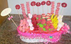 CHUCHESPOPS: CENTRO DE CHUCHES BODA MAS DE 70 BROCHETAS.Lleva besos de azucar,corazones de nube, espirales,corazones de melocoton,sandias,platanos,nubes rizadas,lenguas de pica, palotes de fresa, las brochetas de rosas llevan 2 manzanas y una lengua de pica,papel pinocoho rosa, moño y etiqueta. el tamaño de la cesta de mimbre es de 50x 45.  PRECIO 45€   CONSULTAR OTROS TAMAÑOS.