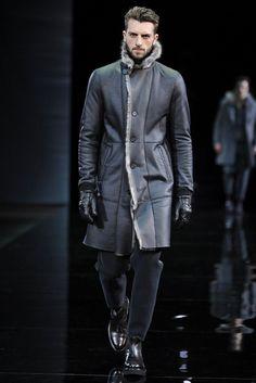 Emporio Armani. Colección masculina Otoño Invierno 2014-15. Abrigo en piel negra con detalles grises. Guantes en piel. Jeans y botas negras.