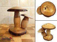 Deux champignons en bois de chêne sur un stand : Accessoires de maison par tournage