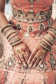 Detalhes do luxo e exuberância das noivas indianas. Mãos tatuadas, vestido bordado com pedras e pulsos cheios de braceletes brilhantes!