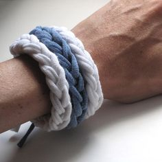 """Ein DIY-Trend für diesen Sommer ist definitiv das Upcycling Armband aus T-Shirts. Ohne umständliche Hilfsmittel wird einfach an den Fingern """"gestrickt""""."""