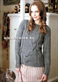 Серый пуловер с кокеткой и узорами из кос. Спицы
