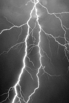 I love lightning and thunderstorms who else is with me. Lightning is just so pretty to watch. Lightning Photography, Tumblr Photography, Nature Photography, Photography Tips, Black And White Aesthetic, Purple Aesthetic, Blitz Tattoo, Thunder And Lightning, Lightning Powers