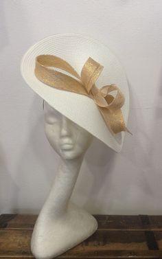 bibi mariage capeline relevée blanche et son noeud assorti doré : Accessoires coiffure par lescrapoussines