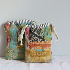 {inspiring} - kantha or sashiko or running stitch embroidery ideas, pretty patchwork zipper pouch with leather tassle - Salvabrani Fabric Bags, Fabric Scraps, Fabric Basket, Sewing Crafts, Sewing Projects, Boro Stitching, Sashiko Embroidery, Embroidery Ideas, Kantha Stitch