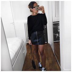 """Tout noir (sans léopard ) Bonne soirée! • Cashmere Knit #ericbompard (on @ericbompard) • Leather Skirt #leonandharper (old) • Bag #mansurgavriel •…"""