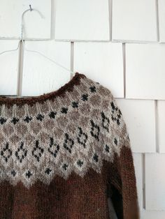 Hello :) I wanted to share a few pictures of the latest Pangur Bán sweater. Pullover Design, Handgestrickte Pullover, Sweater Design, Knitting Designs, Knitting Projects, Knitting Patterns, Hand Knitted Sweaters, Wool Sweaters, Fair Isle Knitting
