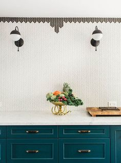 looks like the tile border is simply made with herringbone tiles in a diff color… annoying but not crazy to do