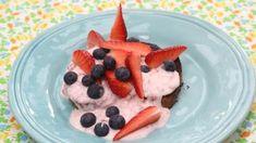 Verloren brood met lactosevrije yoghurt, aardbei en blauwe bessen
