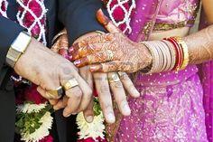 横長カラーキャプチャはスラト、インド撮影会でのヒンドゥー教の結婚式で撮影された幸せな手の保持カップルが結婚し、BRIDの彼らのリングを表示するcerempny後に彼女の主張を産む ストックフォト - 20437782
