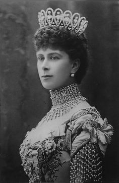 Different angle of Queen Mary in elaborate collar. The looped tiara by Boucheron, commissioned when she became the Princess of Wales in 1902