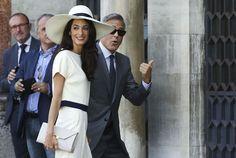 Клуни и его супруга приветствовали собравшихся у ратуши фотографов.